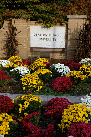 Picture of WIU sign with flowers